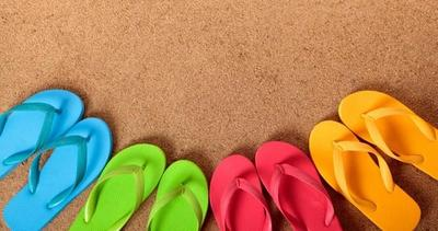 Diferentes modelos de sandalias planas para playa o piscina