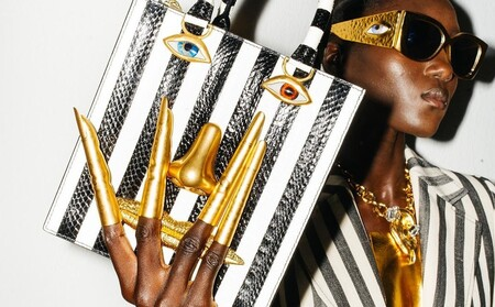 Schiaparelli apuesta por el maquillaje a lo Nathy Peluso y la manicura dorada que ocupa todo el dedo para el verano 2022