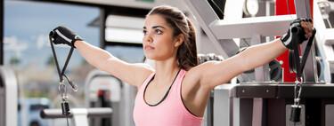 Más volumen en tus brazos: cinco ejercicios con poleas, barras y mancuernas para entrenar tus tríceps