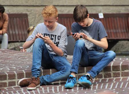 Le quitaron a su hijo de 13 años el móvil por tres días, y al encenderlo tenía 14.000 mensajes de Whatsapp