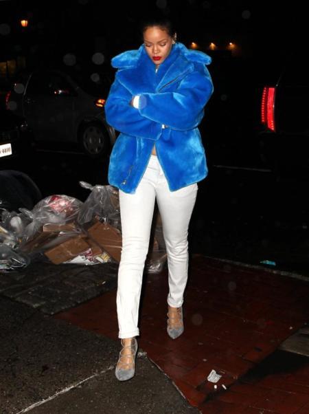 Rihanna abrigo de pelo azul