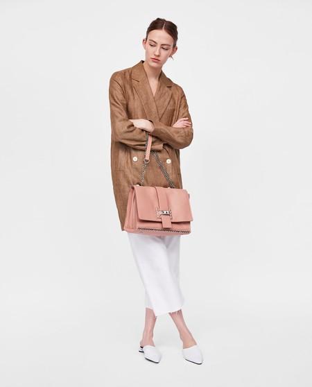 9054f2656 Rebajas 2018: 12 bolsos de piel de Zara por menos de 30 euros