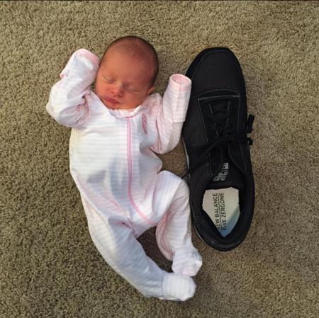 791b8cf80e9ba Una madre registra el crecimiento de su bebé comparando su tamaño ...