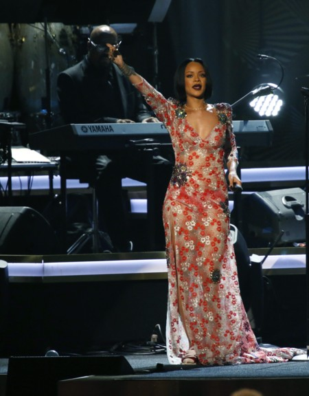 Rihanna Millon Dolores Look