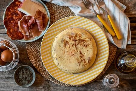 Tortilla de patatas rellena ibérica: transforma tu receta favorita con un sabor espectacular