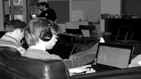 Cuatro consejos sobre el uso de auriculares en el trabajo