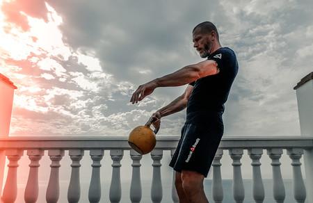 Los mejores ejercicios con kettlebells o pesas rusas para entrenar tu espalda