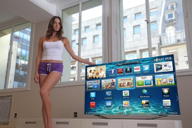 No, la televisión no viene con este mando a distancia incorporado