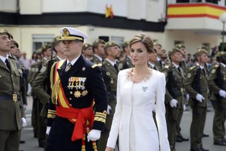 La reina Letizia da carpetazo al negro, la peineta y la mantilla en el día de la Guardia Civil