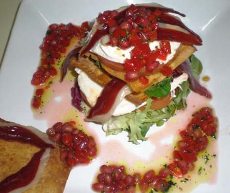 Ensalada de jamón de pato crujiente de wanton y vinagreta de lima con piquillo y granada