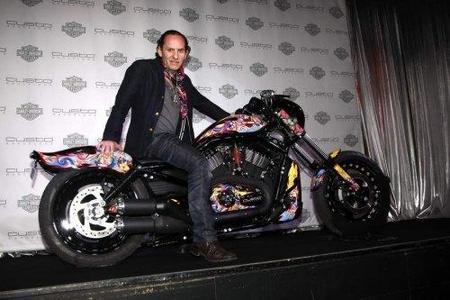 La moto solidaria Harley Davidson diseñada por Custo y pintada a mano