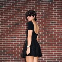 ¿Qué le hace falta a un vestido negro para ser veraniego?
