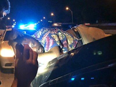 Un matrimonio da a un borracho el viaje de su vida: 22 km dormido sobre el maletero
