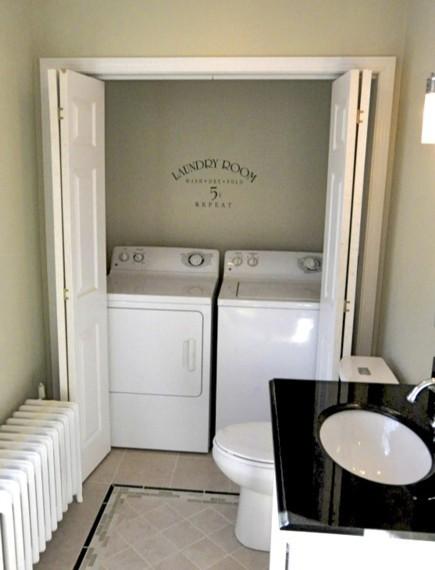 cuarto de lavado en el baño, puertas abiertas