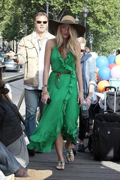 Glamour a ras de suelo: las mejores sandalias planas del verano