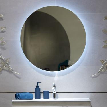 Luz retráctil en el espejo del baño, aliada perfecta para lograr un ambiente muy especial