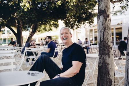 Tim Cook aparece en la Apple Store de Palo Alto y nos habla de las reservas y de su Apple Watch personalizado