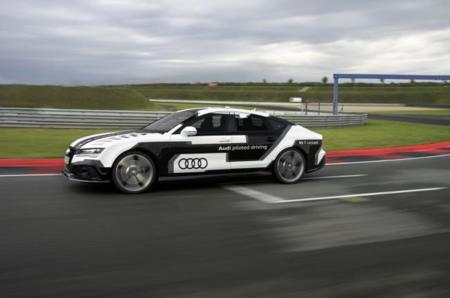 Este Audi RS7 autónomo reta a un piloto profesional en un carrera a más de 250 kilómetros por hora