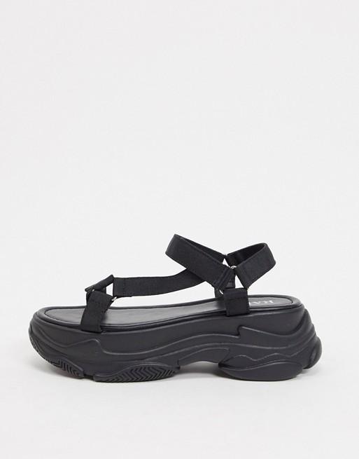 Sandalias deportivas con suela gruesa en negro.