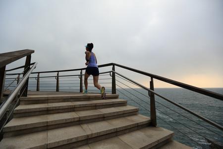 Los estiramientos que no pueden faltarte después de una sesión de running (reto 10 kilómetros)