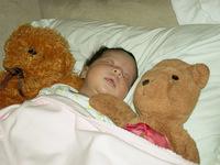 El peligro de los peluches y las protecciones en la cuna del bebé