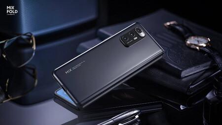 Una nueva patente de Xiaomi incorpora un curioso sistema de carga inalámbrica para teléfonos plegables