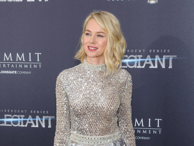 El peplum plateado y la falda transparente de Naomi Watts en el estreno neoyorquino de The Divergent: Allegiant