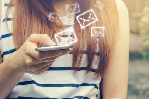 No seas la madre pesada del WhatsApp: 11 cosas que definitivamente no deberías hacer en el grupo del cole