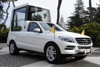 Mercedes entrega al Papa su nuevo Papamóvil