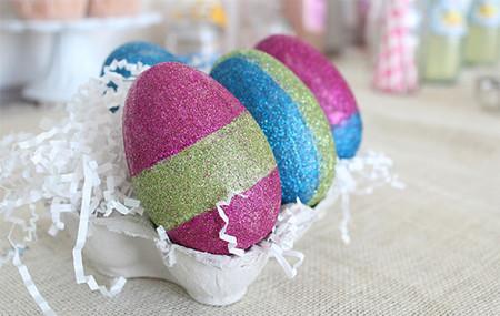 Hazlo tú mismo: huevos de Pascua decorados con purpurina