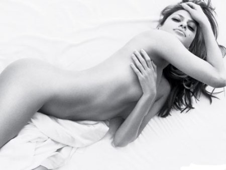 Eva Mendes se pone cabeza abajo