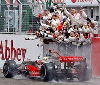 Lewis Hamilton da un repaso a todos en Silverstone