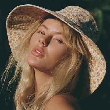Este es el sombrero favorito de este verano: tipo bucket y repleto de flores