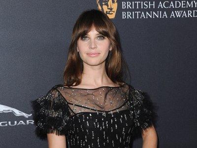 Felicity Jones no convence en los Britannia Awards