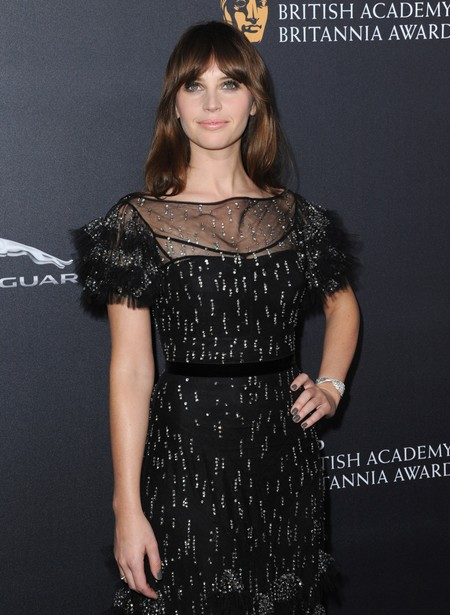 Felicity Jones no convence en los Britannia Awards