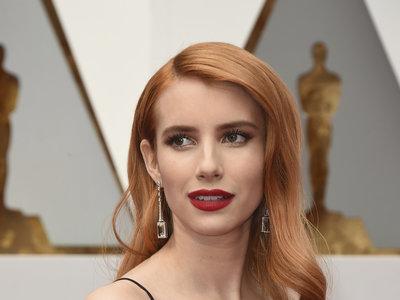 Emma Roberts apuesta por labios rojos y melena vintage en la alfombra roja de los Oscar 2017