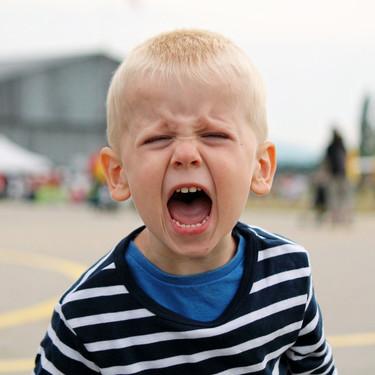 """Mi hijo sale muy irascible del colegio: cómo ayudar a los niños que parecen """"explotar"""" al salir de clase"""