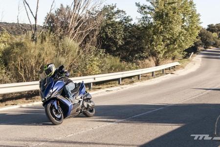 Sí, se puede adelantar por la derecha con la moto, pero solo en contadas excepciones