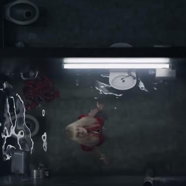 Rosalía extiende el homenaje a 'Cry me a River' al argumento de 'Bagdad', el nuevo vídeo donde llora hasta ahogarse