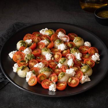 Ensalada de tomates cherry, melón y queso cottage con aliño de mostaza, ajo y perejil, una receta completa y repleta de sabor