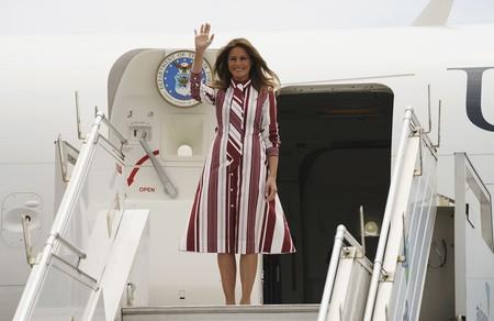 Melania Trump llega a Ghana luciendo un vestido de Céline de más de 1.700 euros