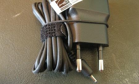 Los cargadores de móviles, afeitadoras eléctricas y etcétera, ¡consumen energía si los enchufamos sin uso!