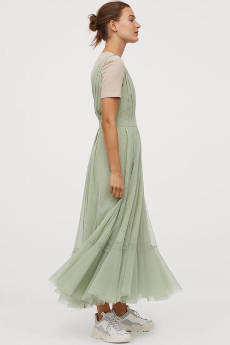 Vestido de tul con escote en V