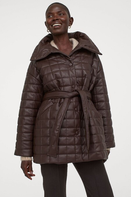 Siete chaquetas y abrigos guateados de H&M para combinar con un pantalón de polipiel y sumarse a la tendencia reina del otoño-invierno 2020/2021