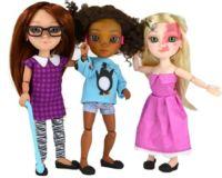 Una compañía diseña muñecas que tienen cicatrices y usan audífonos