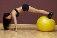 Guía de ejercicios abdominales (XXXVIII): Abdominales dinámicos sobre fitball