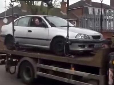 No, no es buena idea intentar bajar tu coche de una grúa, como demuestra éste vídeo