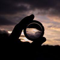 Crean lentes dotadas de inteligencia artificial... que no requieren de circuitos ni electricidad, sólo de vidrio