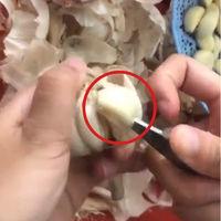 ¿Truco o timo? La técnica viral para pelar ajos ha desatado una encarnizada batalla en Internet