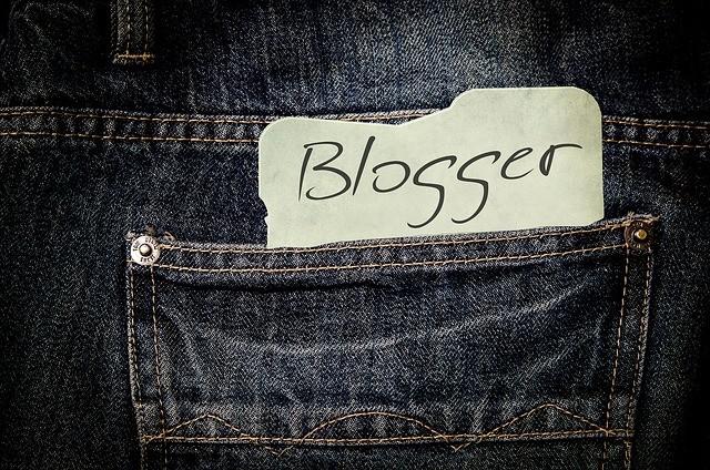 Palabra blog en papel en el saquillo del pantalón.